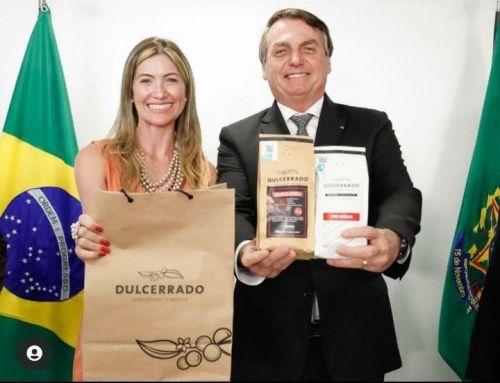 O Presidente Jair Bolsonaro e a Deputada Federal Greyce Elias prestigiando os tesouros do Cerrado Mineiro, frutos do trabalho dos nossos cooperados, os cafés Dulcerrado, da Cafeteria Dulcerrado.